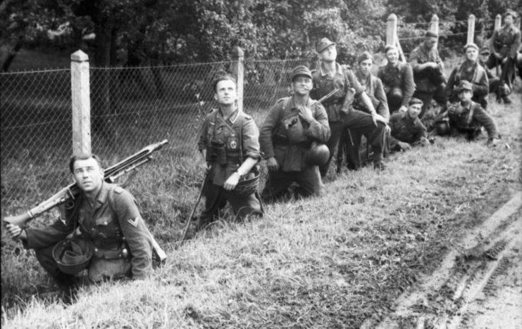 Een bekende foto van een Gruppe. Vooraan is duidelijk Schütze 1 te zien met zijn machinegeweer, met daar achter de Gruppenführer gevolgd door de rest van de Gruppe.