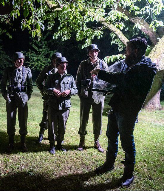 Volksgrenadieren krijgen instructie op de set bij de productie van Betuwe44.